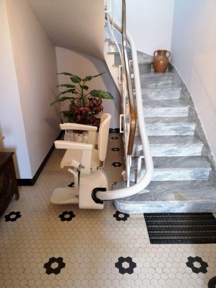Monte-escalier sur un magnfique escalier en marbre à Landevant
