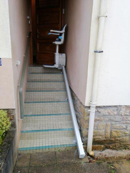 Monte escalier droit extérieur à gourin avec un siege assis-debout